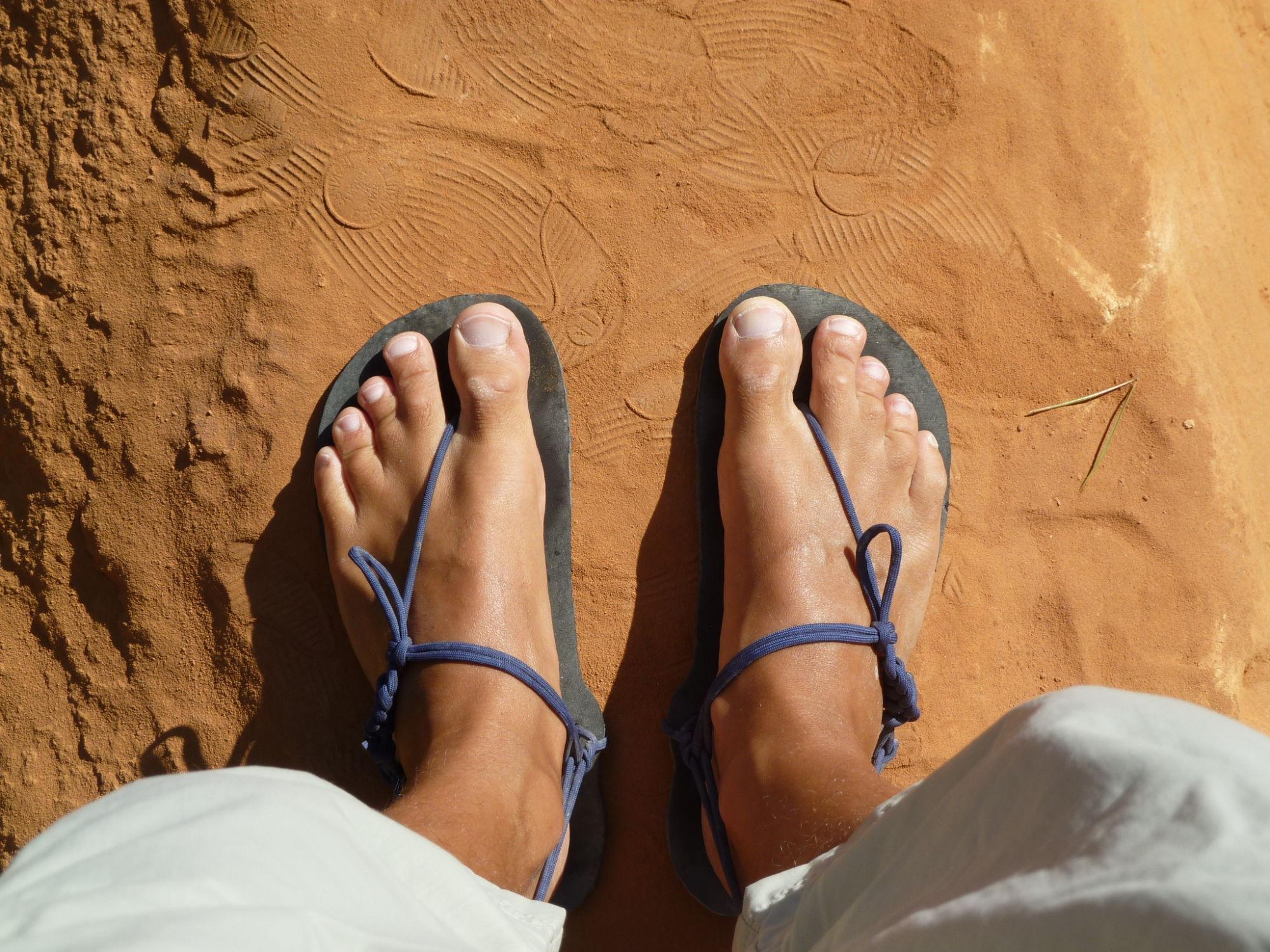 Barefoot sandály na cestách v Rousillion