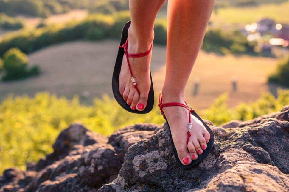 Barefoot lifestyle sandály při chůzi naskále vMy Happy Sandals