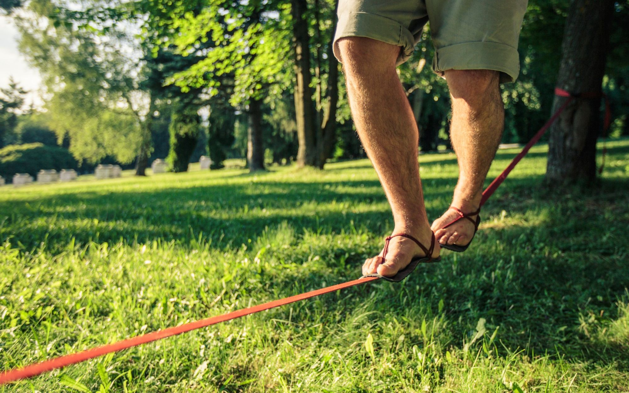 Barefoot lifestyle sandály v parku slackline detail