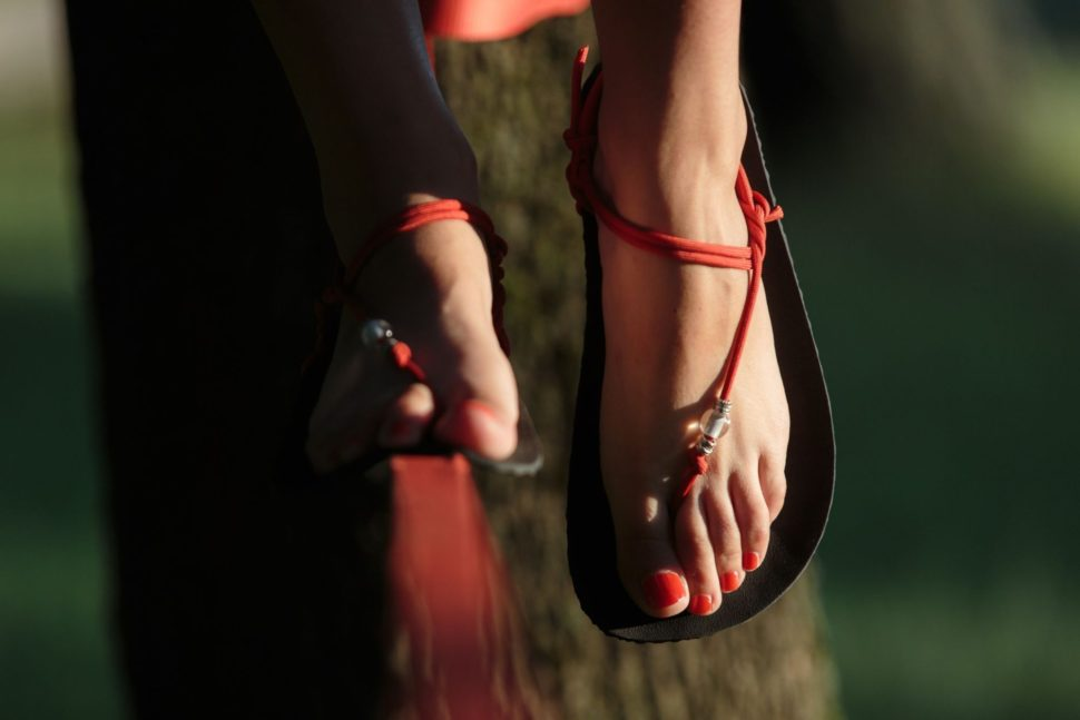 Barefoot lifestyle sandály v parku detail My Happy Sandals na slackline
